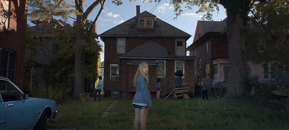 it-follows-2014-002-gang-outside-boarded-up-house-girl-looking-to-camera_0